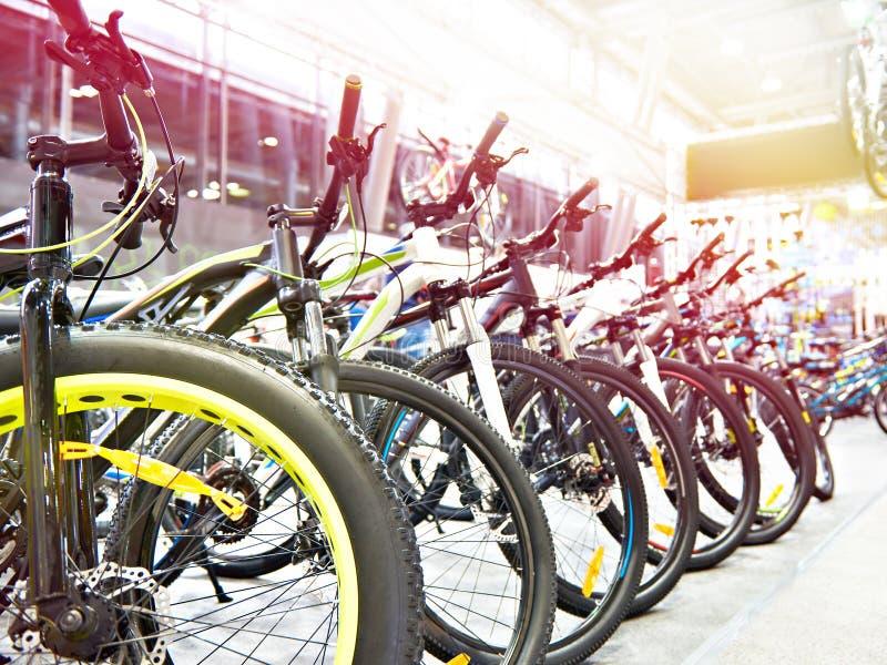 Mountain bike modernos na loja dos esportes foto de stock royalty free