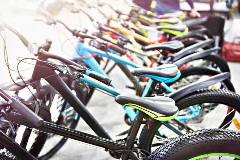 Mountain bike modernos na loja dos esportes fotografia de stock royalty free