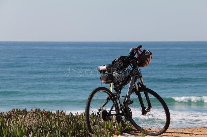 Mountain bike na praia fotos de stock