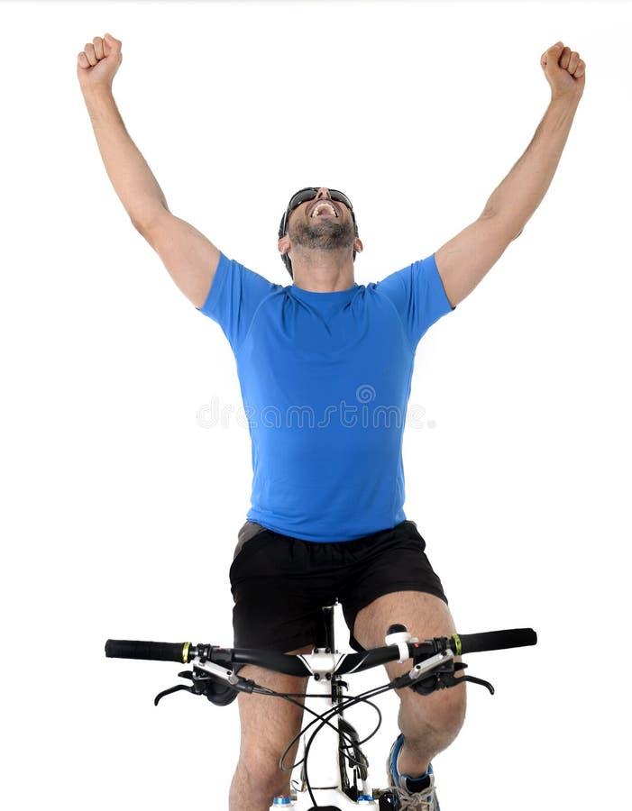 Mountain bike novo da equitação do homem do esporte que comemora a vitória da raça imagem de stock royalty free