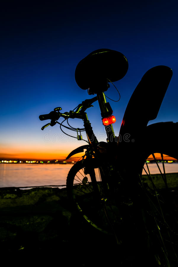 Mountain bike que paking com céu crepuscular imagens de stock royalty free
