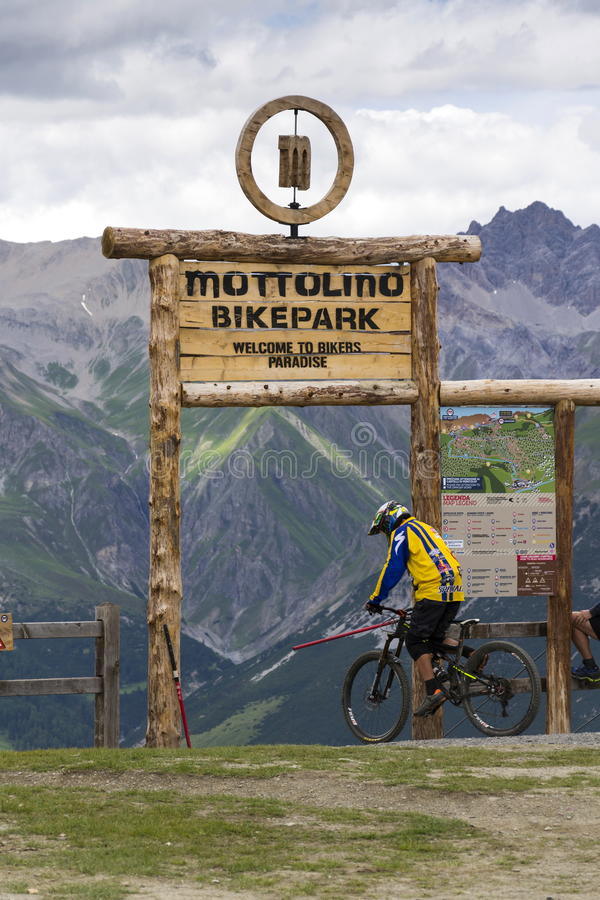 Free Mountain Bike Riders Getting Ready In Mottolino Bikepark On 3 August 2016 In Livigno, Italy. Royalty Free Stock Image - 79190416