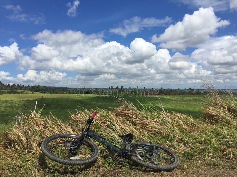 Mountain bike sobre uma montanha imagens de stock