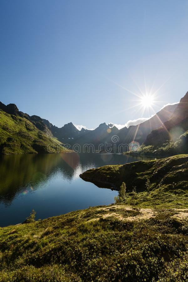 Mountain Lake and Sunlight - Agvatnet, Lofoten Islands, Norwegen stockfotos