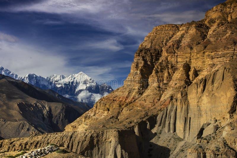 Mountain Nilgiri e arenaria precipitata , Upper Mustang trekking , Nepal fotografia stock libera da diritti