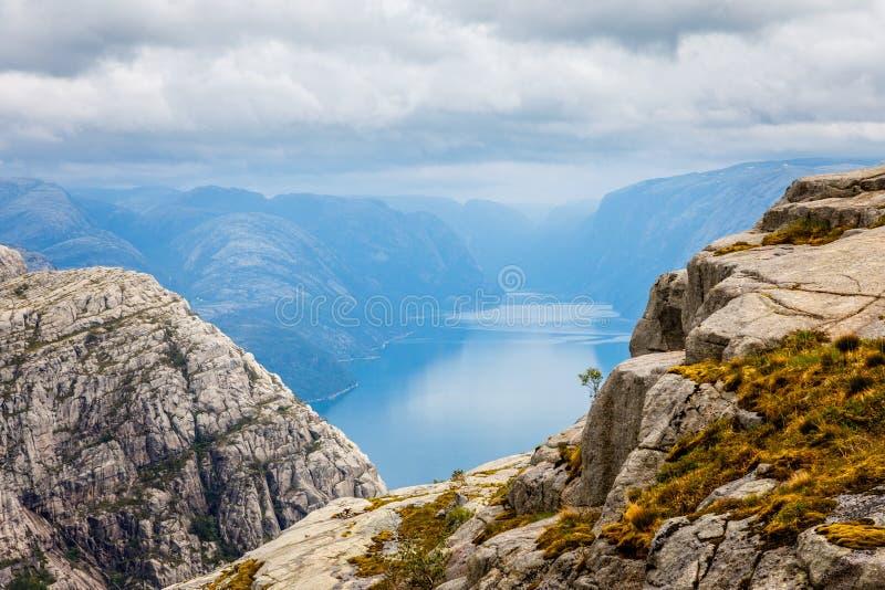 Mountain View ao fiorde norueguês estreito longo, Lysefjord, fuga de caminhada de Prekestolen, Forsand, condado de Rogaland, Noru imagem de stock royalty free