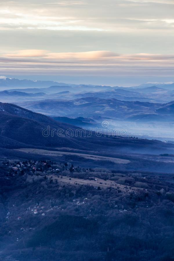 Mountain View avec le brouillard de la colline de Kopitoto, montagne de Vitosha, Sofia, Bulgarie photo stock