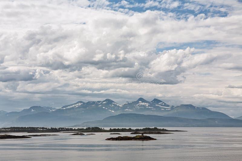 Mountain View avec quelques îles dans le fjord dans Molde, Norvège photographie stock libre de droits