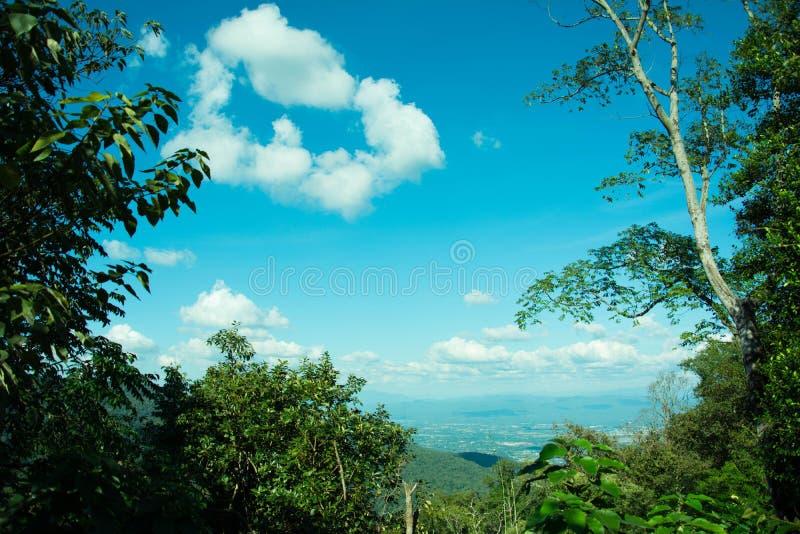 Mountain View bonito da paisagem com floresta verde, céu e nebuloso azuis O bom curso para relaxa, as atrações em do norte imagens de stock