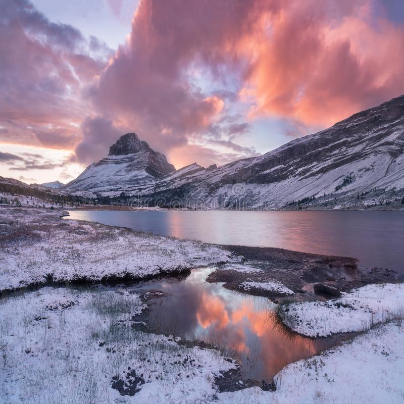Mountain View bonitos da manhã do inverno no parque nacional de Banff em Rocky Mountains de Alberta Canada foto de stock