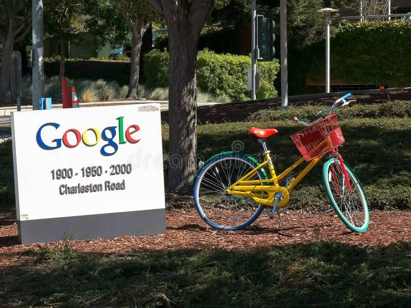 MOUNTAIN VIEW, CA, U.S.A. - 28 AGOSTO 2015: vicino su di un segno e di una bicicletta fuori della costruzione delle sedi di Googl fotografia stock