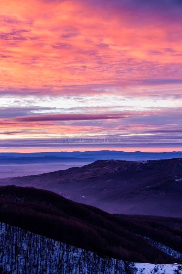 Mountain View com um céu colorido cor-de-rosa-roxo do por do sol, monte de Kopitoto, montanha de Vitosha, Sófia, Bulgária fotos de stock