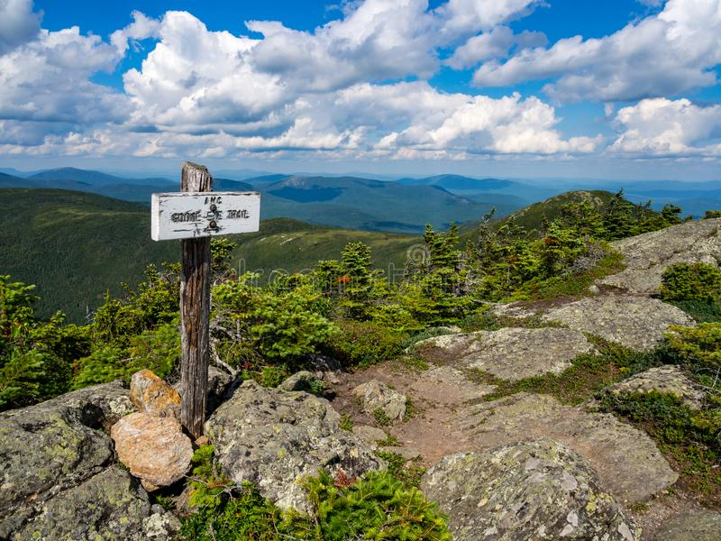 Mountain View con il segno della traccia, Maine Forest densa, gamma di Mahoosuc fotografie stock libere da diritti