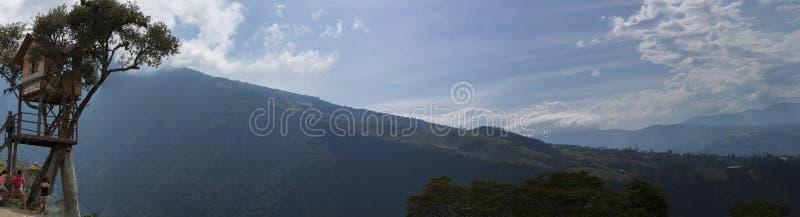 Mountain View con la casa del Arbol del La en Banos, Ecuador imagen de archivo