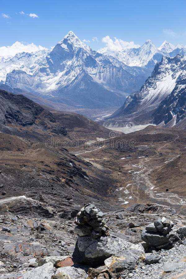 Mountain View de Ama Dablam del paso de Chola, región de Everest fotografía de archivo