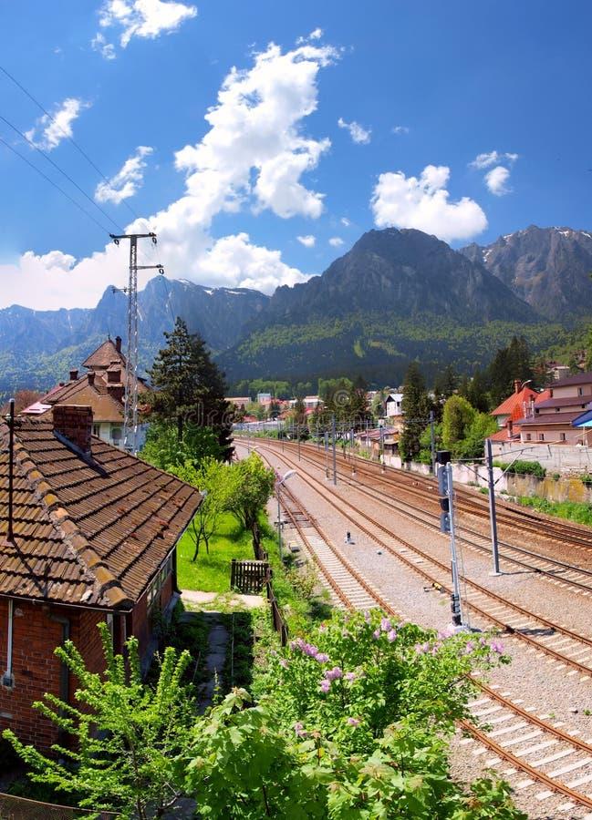 Mountain View de Bucegi y estación de tren en Busteni, Rumania fotos de archivo libres de regalías