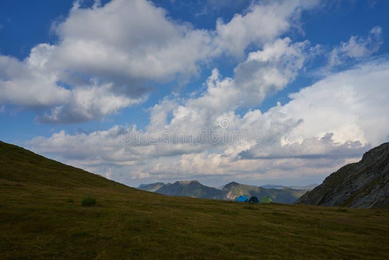 Mountain View de Fagaras com as três barracas bonitas imagem de stock