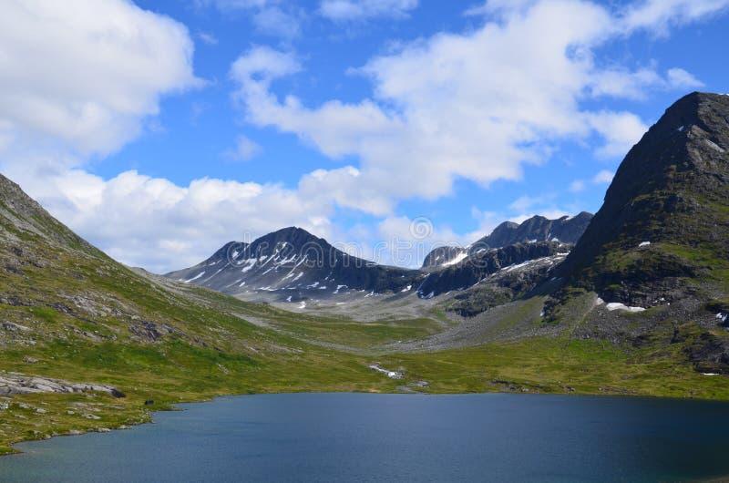 Mountain View de l'eau d'été de la Norvège images stock