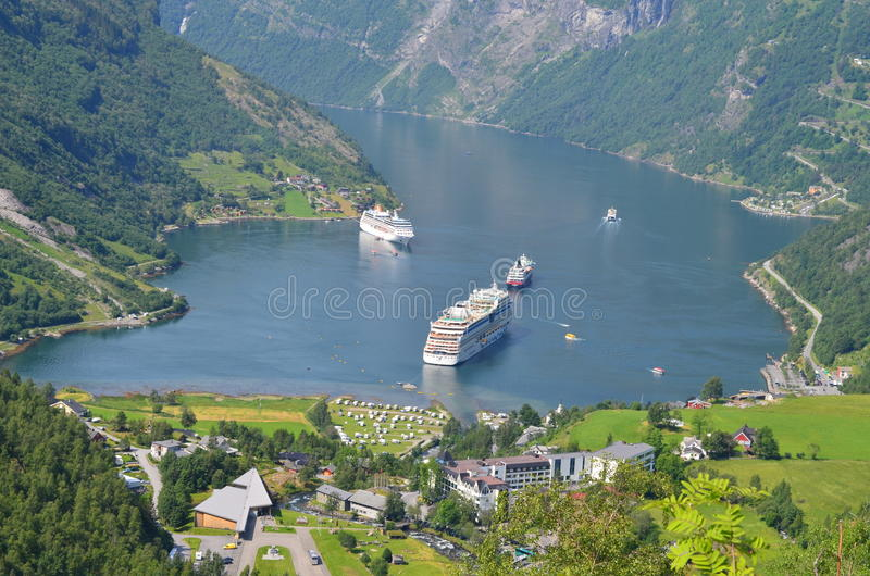 Mountain View de l'eau d'été de la Norvège images libres de droits