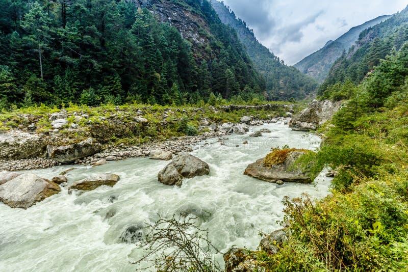 Mountain View de l'Himalaya, manière au camp de base d'Everest photographie stock libre de droits