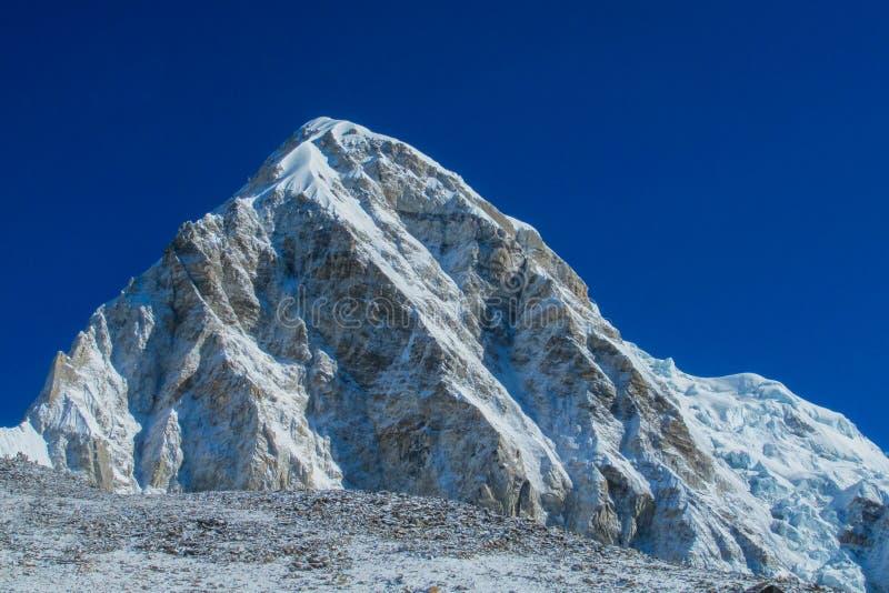 Mountain View de la nieve en el campo bajo de Everest que emigra EBC en Nepal imagen de archivo