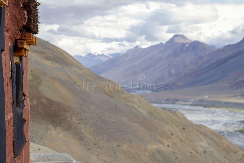 Mountain View de una ventana tradicional vieja en una casa tibetana en el Himalaya imagenes de archivo