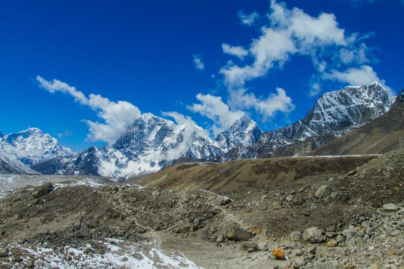 Mountain View della neve a trekking EBC del campo base di Everest nel Nepal fotografia stock