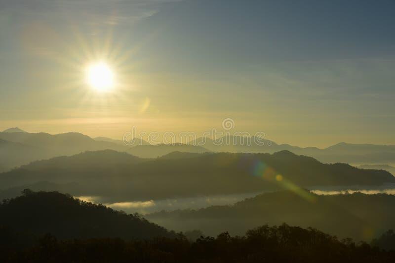 Mountain View di mattina prima dell'alba immagine stock libera da diritti