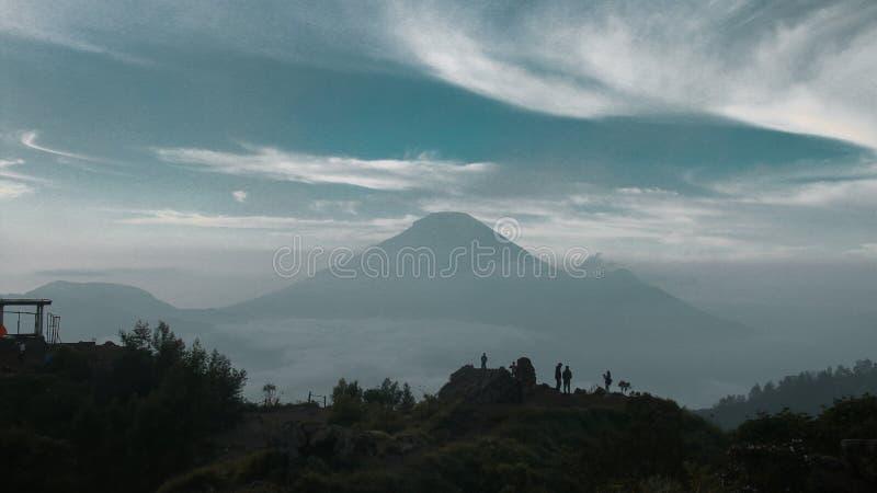 Mountain View di Sindoro dalla montagna del sikunir fotografie stock