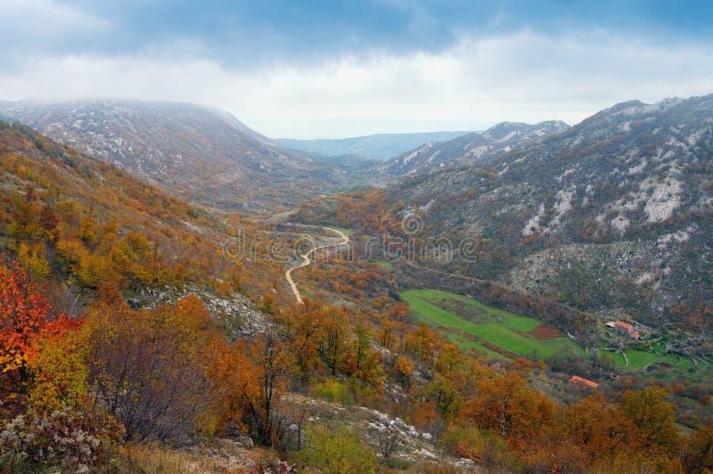 Mountain View do outono com uma vila pequena e uma estrada Bósnia e Herzegovina imagem de stock