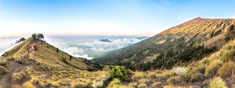 Mountain View do panorama acima da nuvem e do céu azul Montanha de Rinjani, ilha de Lombok, Indonésia imagem de stock royalty free