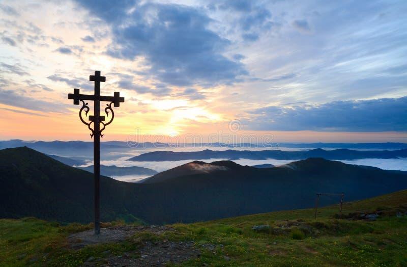 Mountain View do por do sol do verão com cruz foto de stock royalty free