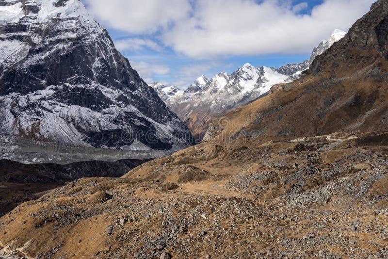 Mountain View dos Himalayas da vila na região de Mera, Nepal de Khare fotos de stock royalty free