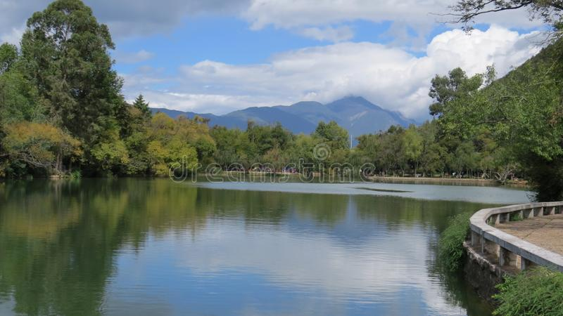 Mountain View - Dragon Pool preto fotos de stock royalty free
