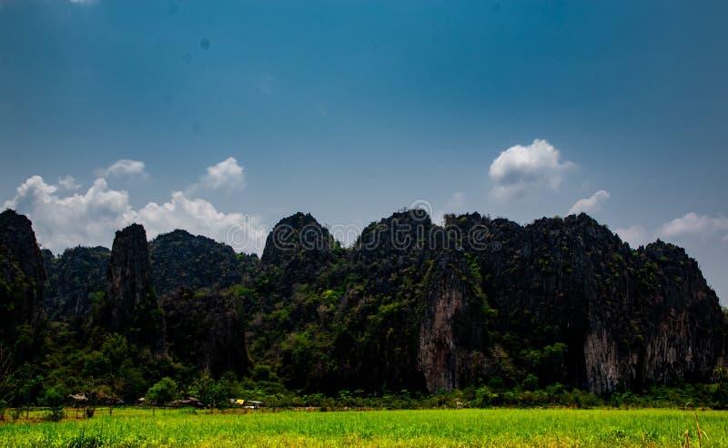 Mountain View e fondo di pietra del cielo blu nel paesaggio della campagna della Tailandia, Banmung, Neonmaprang, provincia di Pi fotografia stock libera da diritti