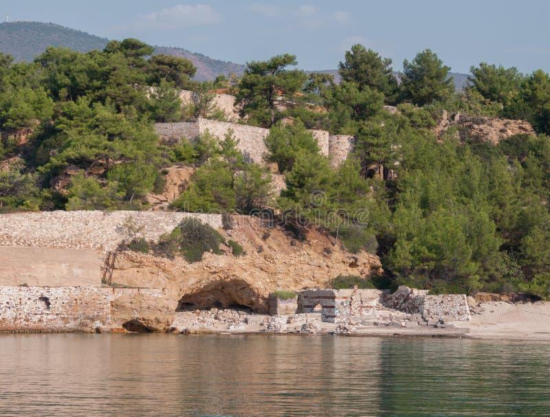 Mountain View e ruínas de um barco imagens de stock royalty free