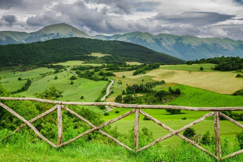 Mountain View hermoso en Umbría en verano, Italia imagen de archivo