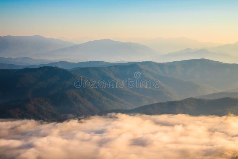 Mountain View i mgła, Sri Nan park narodowy, Tajlandia fotografia stock