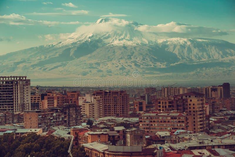 Mountain View inspirado Paisaje urbano de Ereván Viaje a Armenia Industria de turismo El monte Ararat en fondo Architec armenio fotos de archivo libres de regalías