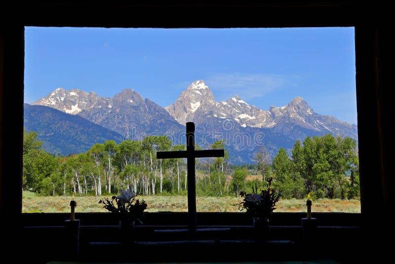 Mountain View magnífico de Teton a través de la ventana de la capilla de la transfiguración Parque nacional de los tetons magnífi foto de archivo libre de regalías