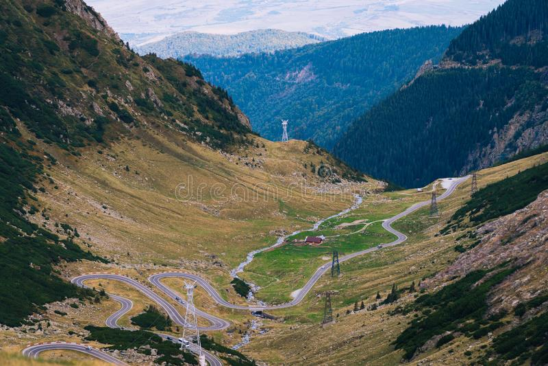 Mountain View meraviglioso la strada di bobina della montagna con molti restituisce il giorno di autunno Strada principale di Tra immagine stock libera da diritti