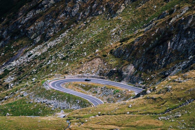 Mountain View meraviglioso la strada di bobina della montagna con molti restituisce il giorno di autunno Strada principale di Tra fotografie stock