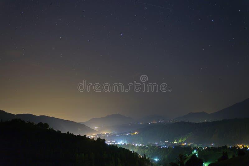 Mountain View nachts mit Sternen stockfotos