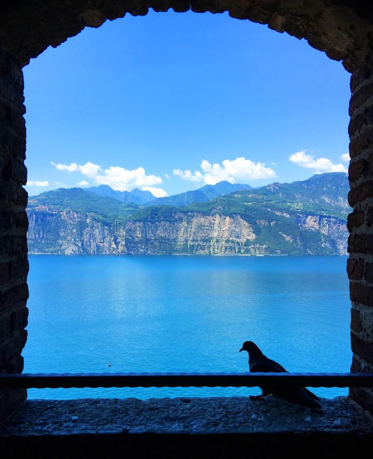 Mountain View par une fenêtre ouverte photo stock