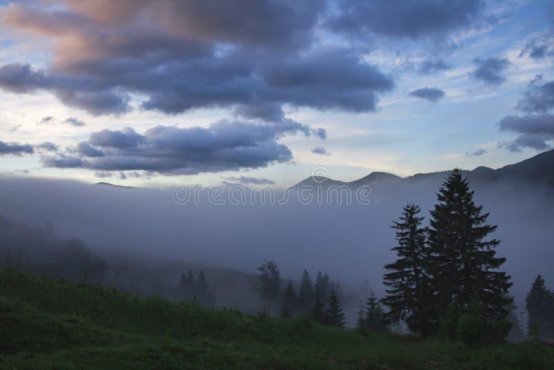 Mountain View scenico di estate con il cielo nuvoloso carpathians fotografie stock