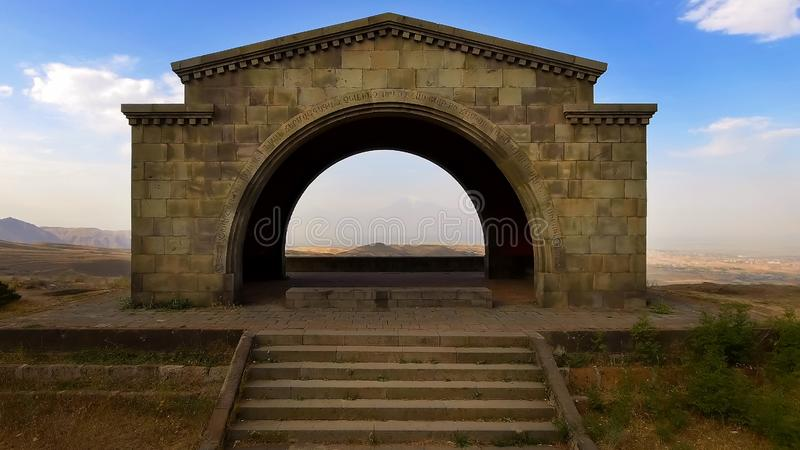 Mountain View strabiliante dell'Ararat dall'arco di Charents, ispirazione di viaggio fotografia stock libera da diritti