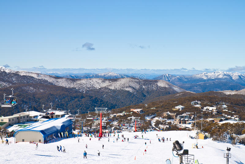 Mountain View tandis que des vacances de ski en montagnes images libres de droits