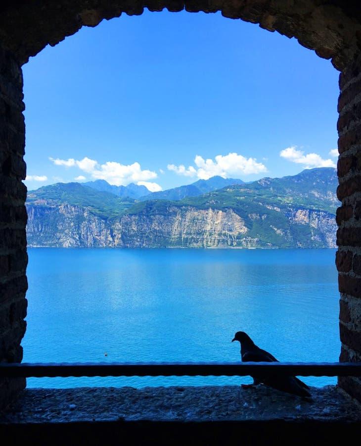 Mountain View tramite una finestra aperta fotografia stock