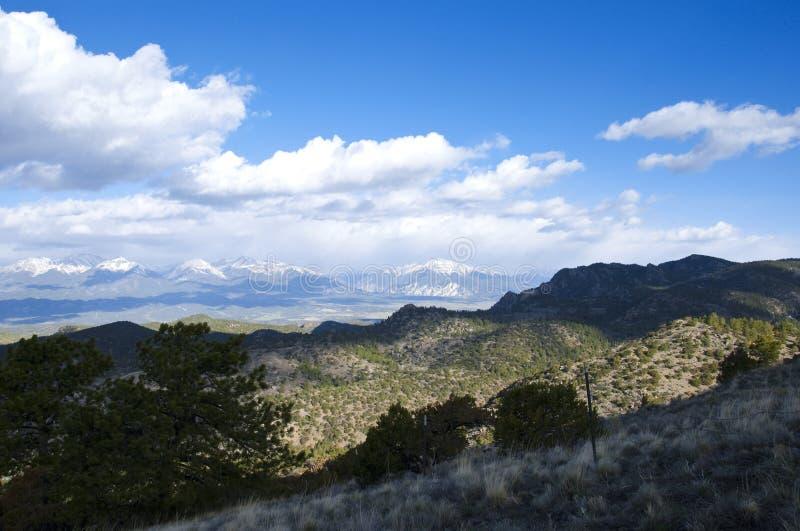 Mountain View vasto com sombras da luz solar e da nuvem fotos de stock royalty free