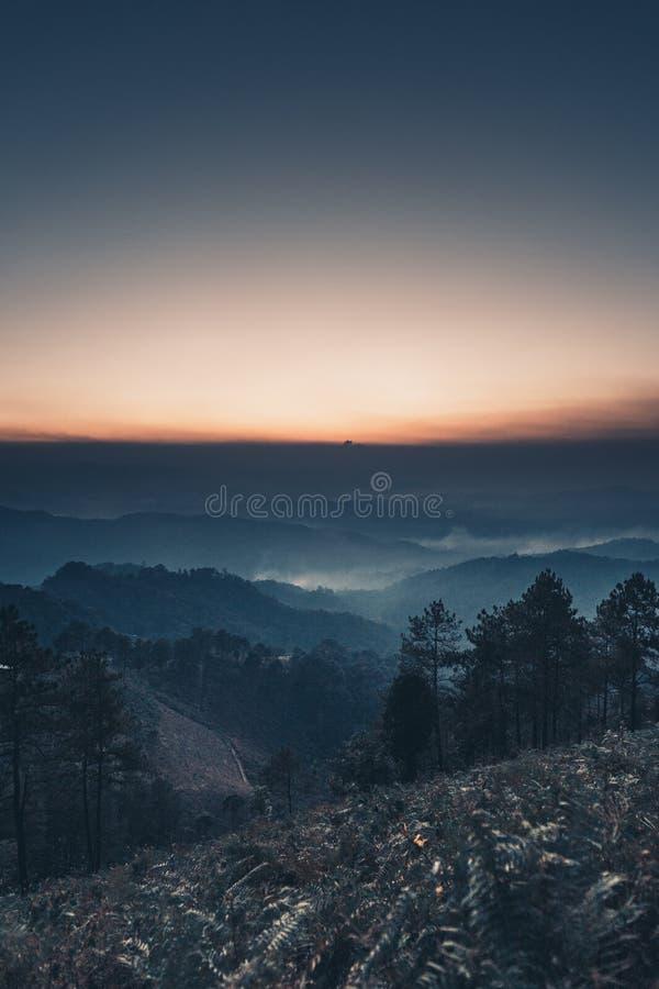Mountain View y borde de la carretera en la luz de la casa de campo por la tarde fotos de archivo